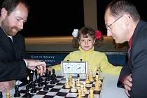 Šachový turnaj zahájili neoficiální hrou starostové města Ficek se Slováčkem (vpravo).