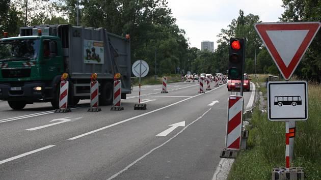 Provoz v uzavírce řídí semafory.