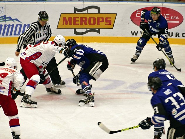 Havířovští hokejisté (v modrém) podlehli doma Porubě 2:3.