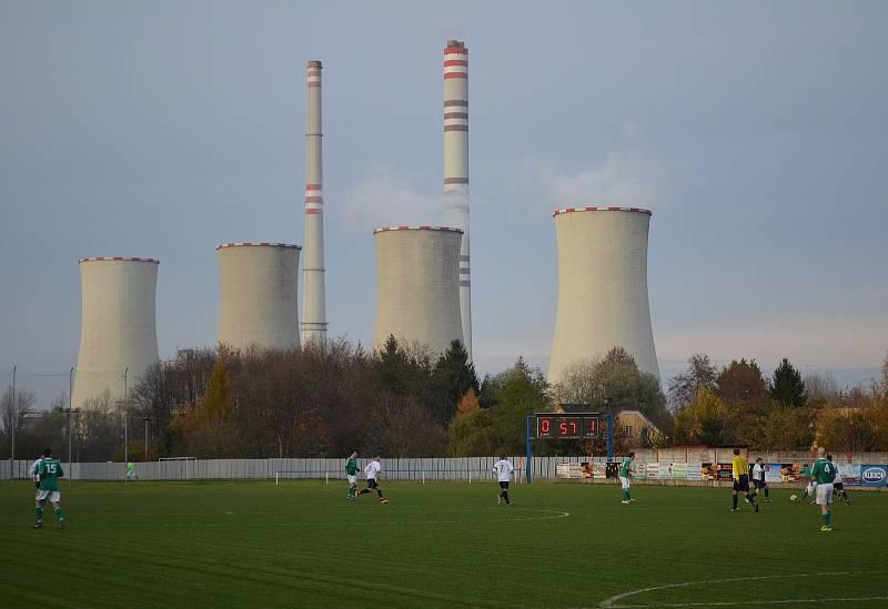 Elektrárenské komíny dělají kulisu fotbalovým zápasů v Dětmarovicích.