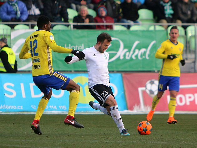 Karviná (v bílém) zdolal Zlín vysoko 4:0. - foto: Ivo Dudek