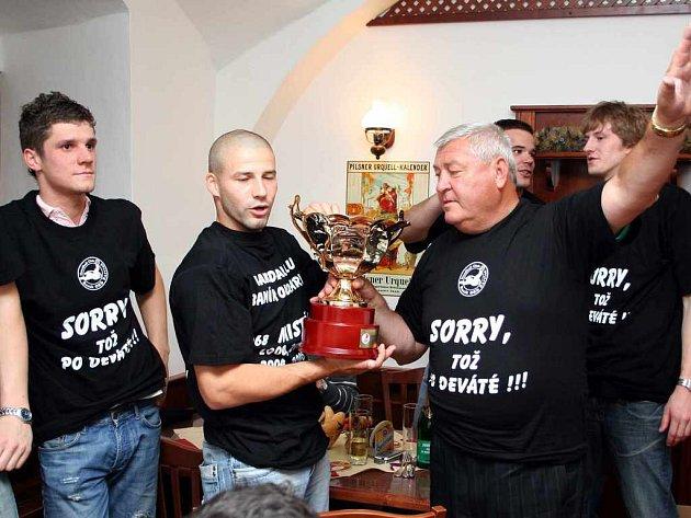 Ondřej Zdráhala, Tomáš Heinz, předseda klubu Pavel Halada, za ním Nemanja Marjanovič a Ondřej Šulc (zleva) se chystají připít si z mistrovského poháru.