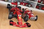 Formule stará desítky let vedle vozu z nedávné současnosti ukazují, jak se za léta měnila i velikost závodních monopostů.