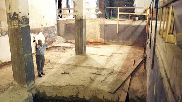 Snímek z roku 2012. Bývalý ředitel divadla Karol Suszka a ukazuje místo bývalé kotelny v suterénu budovy, kde má Malá scéna vzniknout.