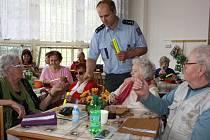 Beseda zástupce BESIP a policejního preventisty s důchodci o bezpečnosti v silničním provozu.
