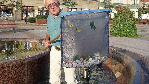 Edvard Kajfosz při čištění fontány.