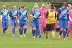 Fotbalistky nastupují k utkání, ve kterém viděli diváci čtrnáct gólů. Dvanáct do hostující sítě.