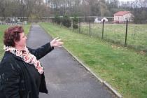 Zdena Mayerová z havířovského magistrátu ukazuje, kterým směrem se bude rozšiřovat hřbitov.