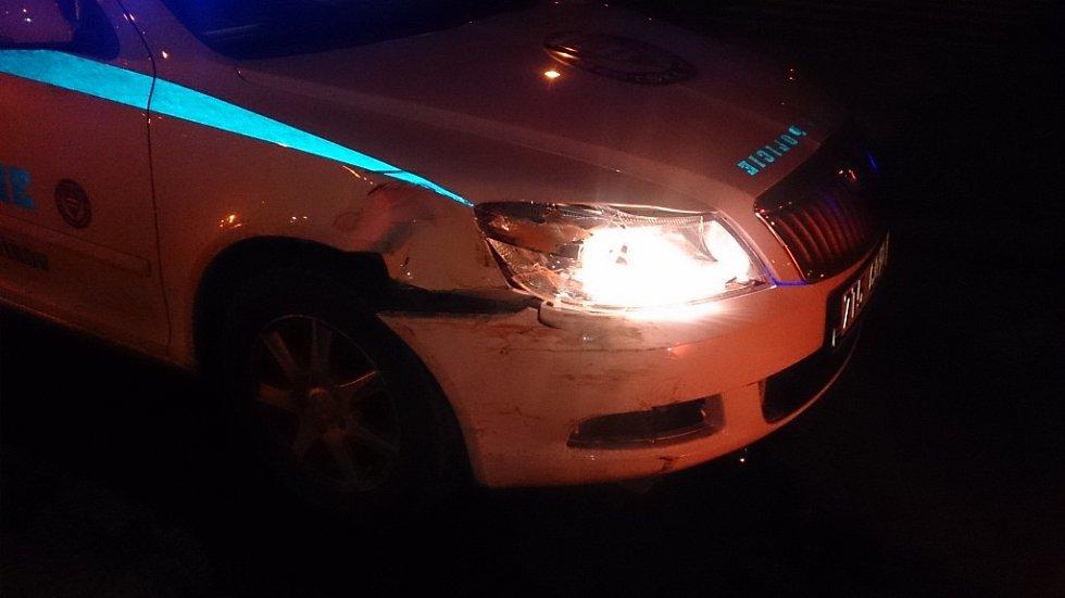 Havarovaný policejní vůz.