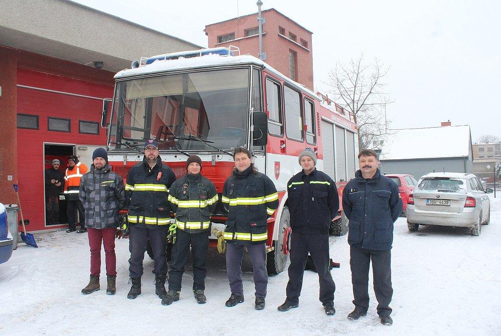 Dobrovolní hasiči z Bukovce převzali minulý týden v Albrechticích vůz, který byl na prodej.