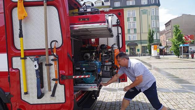 Členohé JSDH z Horního Žukova převzali od zástupců města nové plně vybavené vozidlo, kterým budou jezdit k zásahům.