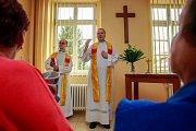 Nemocniční kapli v pondělí požehnal otec českotěšínské farnosti Jan Svoboda a otec Václav Tomiczek.