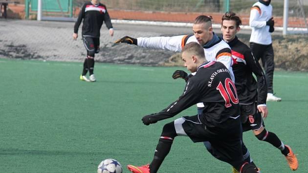 Fotbalová příprava Orlové (v tmavém) pokračovala v Novém Jičíně.
