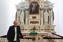 Orlovský pastor Vladislav Szkandera u tamního oltáře, od jehož slavnostního posvěcení uplyne na počátku prosince 90 let.