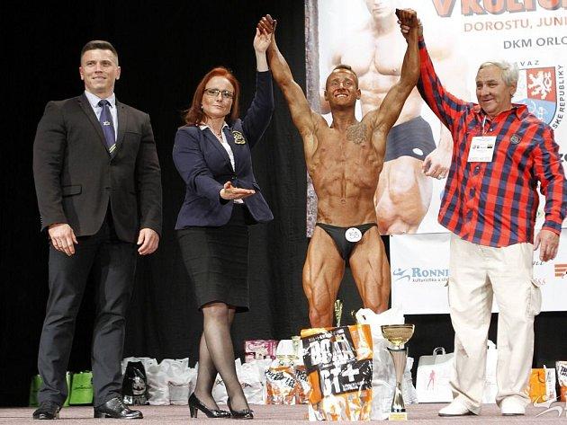 Absolutní vítěz kategorie staršího dorostu David Koždoň z Ostravy. Vpravo organizátor akce Ladislav Vicherek.