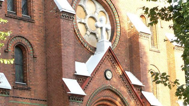 Stonavský kostel po opravě rozet.