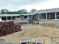 U autobusového nádraží v Orlové vyrůstá nový nákupní park. První zákazníky má přivítat v září.