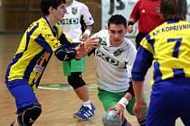 Házenkářská družstva Baníku odehrála na podzim slušné partie. Na snímku s míčem mladší dorostenec Chudoba.