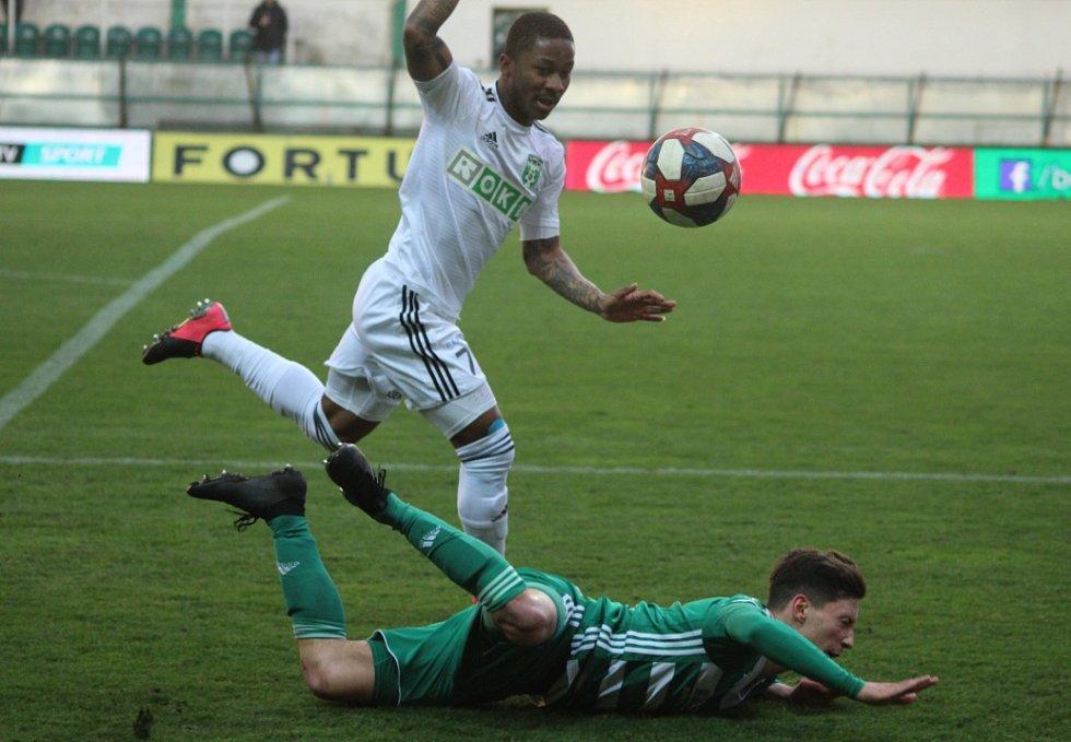 Ligové utkání Bohemians (v pruhovaném) - Karviná gólové hody nenabídlo, respektive žádný gól.