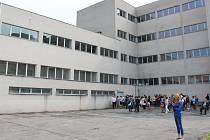 Na gymnáziu v Českém Těšíně se ve středu poklepal základní kámen stavby nové tělocvičny, kterou zaplatí Moravskoslezský kraj.