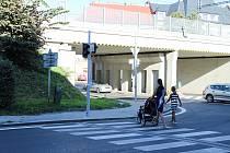 Nepřístupné vysoké obrubníky komplikují život českotěšínským vozíčkářům.