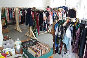 Do charity lze vyrazit i pro značkové oblečení.