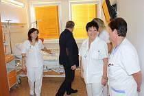 Pacienti chirurgického a interního lůžkového oddělení si budou moci dopřát komfort. Obě oddělení, která mají dohromady 48 lůžek, jsou po rekonstrukci a kromě nových toalet a koupelen je pacientům k dispozici nový nadstandardní pokoj.