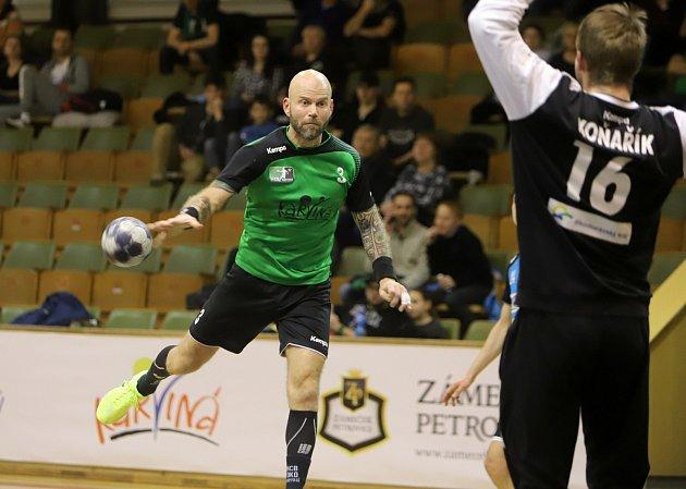 Házenkáři Karviné (vzeleném) zvládli první čtvrtfinále nad Brnem.