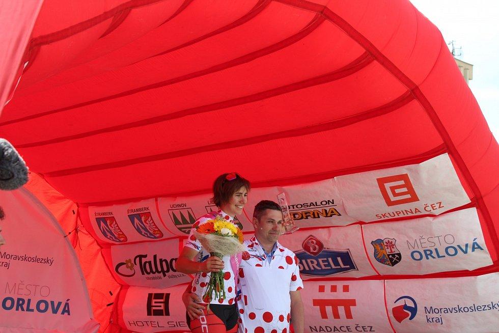 Linda Indergand v puntíkatém dresu aktivity společně s ředitelem závodu Petrem Koláčkem.