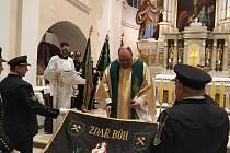 Karvinský farář Przemyslaw Traczyk pokřtil v neděli Kroužku krojovaných horníků Gabriela jejich prapor.
