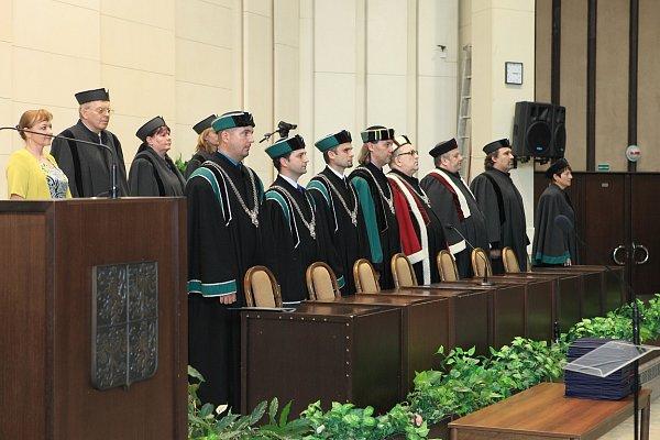 VKarviné promovali noví absolventi Obchodně podnikatelské univerzity vbakalářských inavazujících magisterských programech