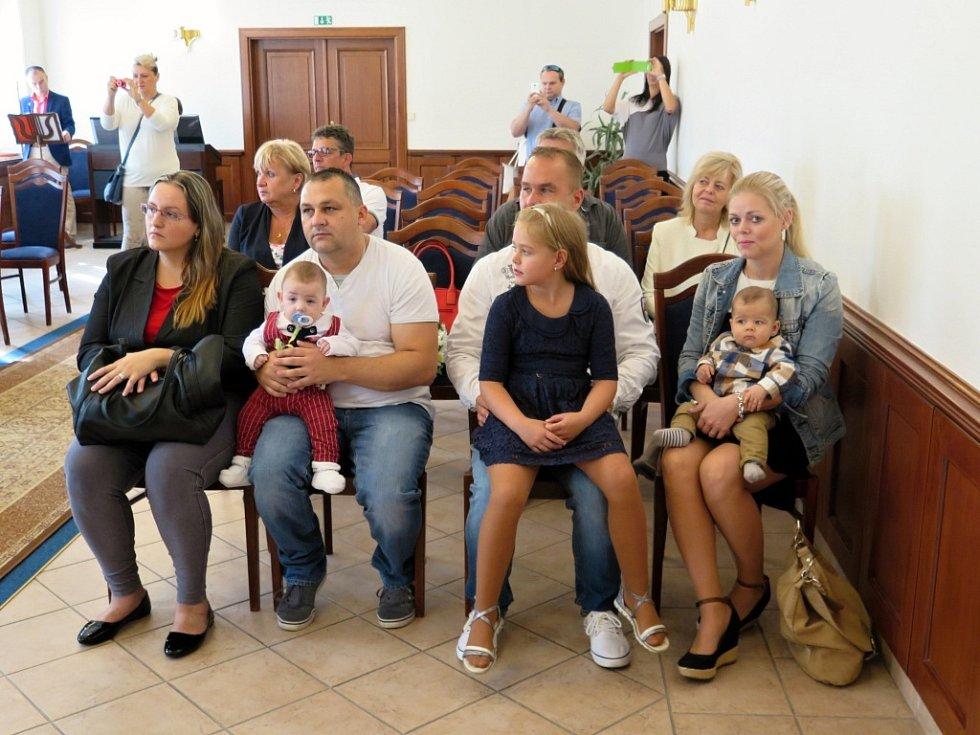 Po více, než dvouměsíční letní prázdninové přestávce v neděli pokračovalo v Havířově oblíbené vítaní občánků.