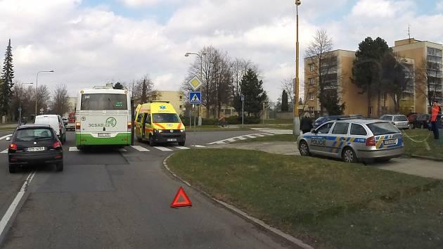 V autobuse se zranily dvě starší cestující.