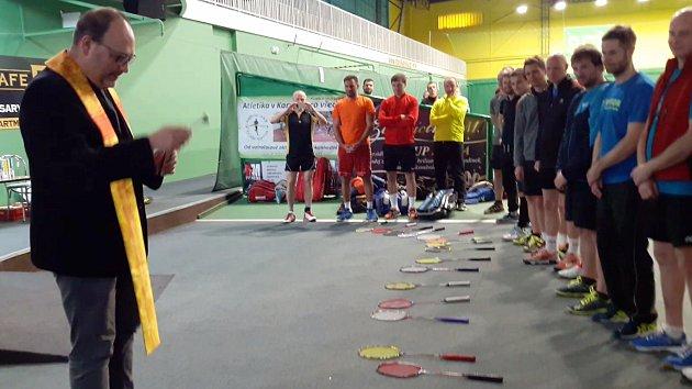 Karvinský farář požehnal badmintonovým raketám