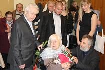 Netradiční obřad zažila v sobotu dopoledne obřadní síň bohumínské radnice. Konala se tam totiž platinová svatba. Znovu si říct své ano si přišli říct děvětaosmadesátiletá Gabriela Orszulíková s o tři roky starším manželem Josefem.