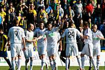 Karvinští fotbalisté slaví před opavskými fanoušky úvodní gól Elvista Cika.