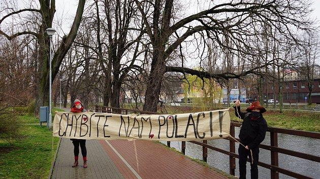 Češi a Poláci si vdobě koronavirové izolace chybí. Už dříve to začalo nápisy na obou stranách hranice vČeském Těšíně a Cieszyně, nyní přišla ispolečná píseň.