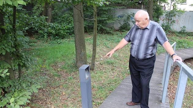 Lesopark Krásná rokle poškozují vandalové. Škody si prohlédl náměstek primátorky Karel Šlachta.