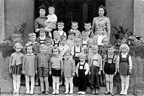 Děti z mateřské školy v Životicích, která byla v té době umístěna v základní škole.