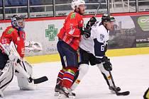 Havířovští hokejisté (v bílém) si připsali další výhru, když porazili Třebíč.