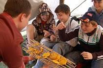 Děti zkoušely indiánské placičky.