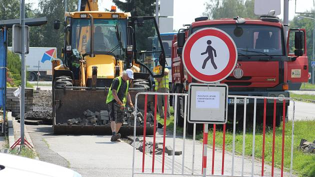 V Karviné se přes léto začalo s opravami hned několika chodníků, cyklostezky a dvou parkovišť.