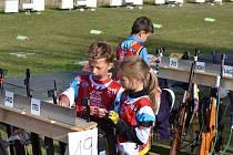 Žáci Jakub Adámek a Kateřina Badurová (vpravo) si připravují zbraně před nástřelem v mistrovském závodě.