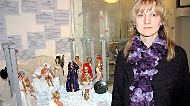 Autorka výstavy Kristýna Vařeková ve výstavní síni Musaion.