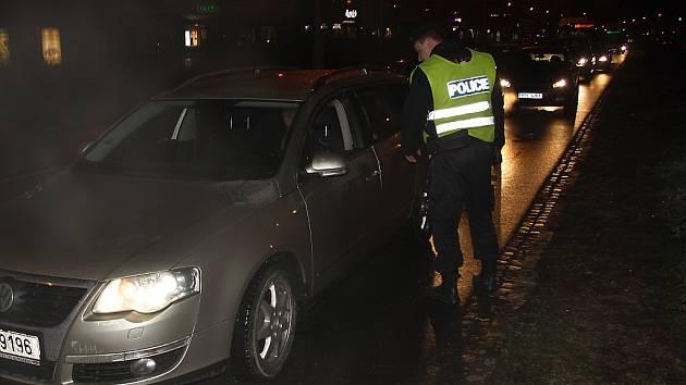 Policista kontroluje jedno z vozidel.