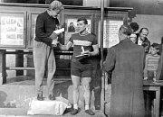 Vyhlášení výsledků cyklokrosového závodu v Petřvaldě v roce 1960. Petřvaldský Václav Pěgřimoč skončil druhý a na snímku gratuluje vítězi Antonínu Valkovi z Dolní Suché. V tomtéž roce se Dolní Suchá stala součástí Havířova (stejně jako Prostřední Suchá).