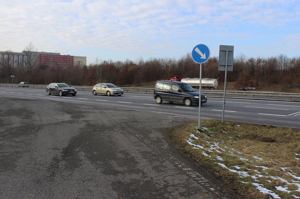 Dopravní značky na Ostravské ulici v Havířově někdo umístil v rozporu se zákonem. Na snímku je značka Přikázaný směr objíždění místo Přikázaného směru odbočení.