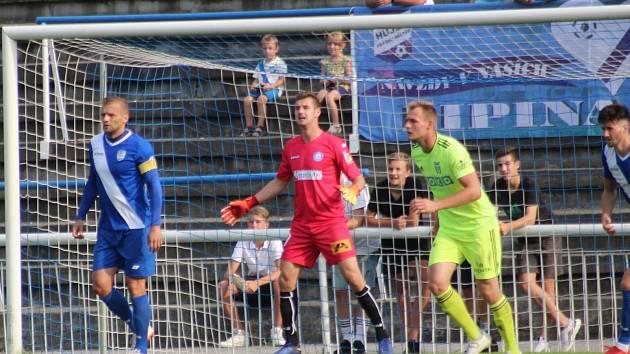 Frýdecko-místecký gólman Jiří Ciupa (v červeném) se ve středu postavil proti Karviné.