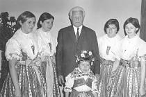 Návštěva prezidenta republiky Ludvíka Svobody v roce 1968. Dívka v kroji je Jiřina Piskorzová.