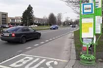 Autobusová zastávka u krytého bazénu slouží po dobu rekonstrukce Žižkovy ulice jako přestupní uzel. Odtud ale jezdí autobus na sídliště pouze jednou za hodinu.